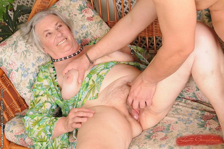 Смотреть внук смотрит как бабка переодевается