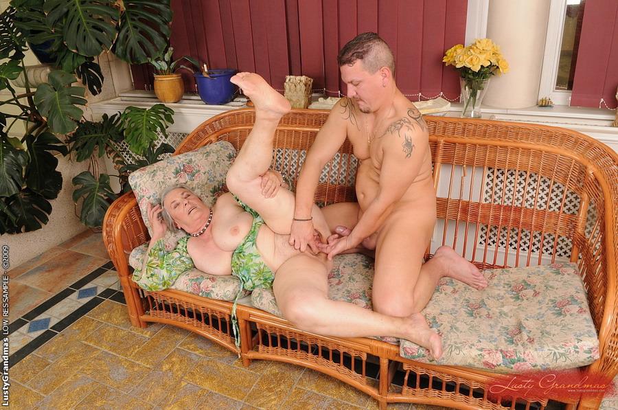 Бабушки внук что спальне увидел в