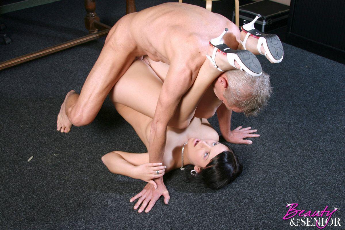 Секс старика с молодой сучкой 18 фотография