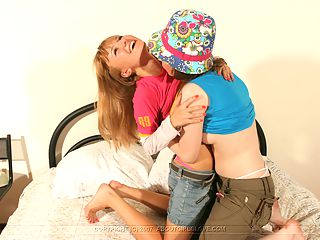Adorable Teen Lesbians : 2 cuties love to eat pussy