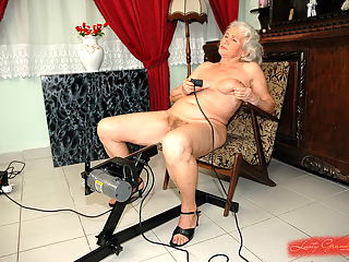 Old lady fucks vintage pussy with fucking machine