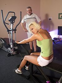 Old fitness trainer fucking a hot teenage chick at the gym
