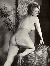 Voluptuous vintage ladies showing their attractive curves