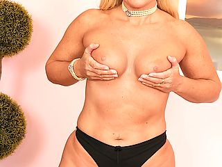 Renee wants you to cum see how wet her pussy is for you!