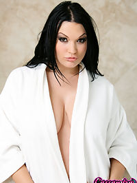 Cassandra in the bath tub : Babe Cassandra Calogera masturbates in the bathtub