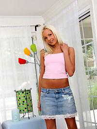 Eden Adams gives blow job : Cute and horny blond teen Eden Adams gives blowjob