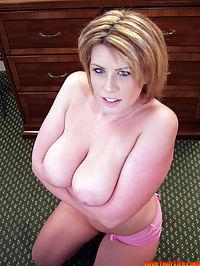 Busty hottie Lisa Sparxxx : Luscious busty babe Lisa Sparxxx gives wet blowjob
