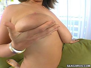 Lisa is an older and more mature milf
