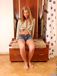 Admirable anette so hot pulls down her jeans and posing nakedly on cam