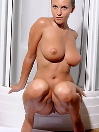 CIKITA AEXPOSIA by SLASTYONOFF : Strong woman with large breasts and nipples and wide hips takes a refreshing shower.