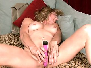 Sizzling hot Anilos Berkley masturbates with a vibrator