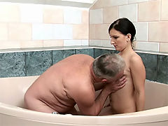 Old dude fucks her : Barely legal teen babe gets cunt stuffed in tub