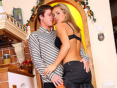 Cloe : Flexible blonde chick knows her anal pounding positions