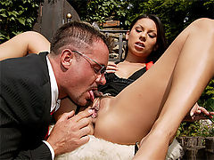 Paola : Brunette beauty gets her tight asshole stretched wide open