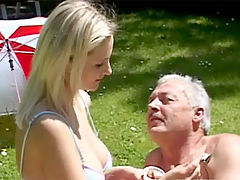 Leonie and Bruce : Dirty old senior fucking a blonde babe in the public park