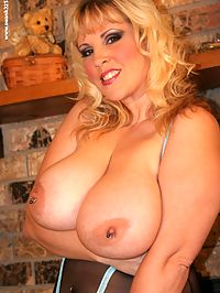 Ctexsins is a busty boobed blonde with masturbation on her mind.