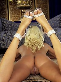 Smoking Hot Blonde With Amazing Body Using Dildo