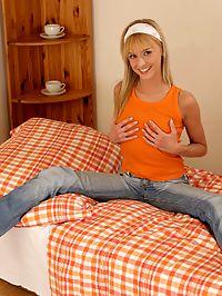 Hanna - Teen minx fucks carrot dildo in bed