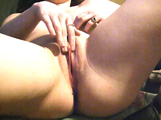 Pussy Rubba Dub : She pulls up a chair in front of the camera focused on her pussy and rubs her clit to some porn until she blows her load!