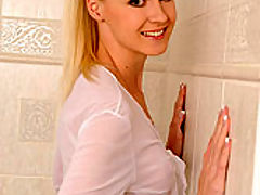 Samantha : Blonde Samantha in stockings