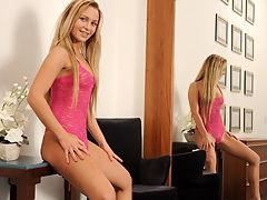 Amanda Blake spreads her pretty pink lips wide open
