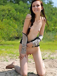 Naked teen charmer : Lovely teen babe strips down outdoors to flash her nice small titties and shaven pussy.
