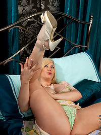 Anilos.com Michelleb - Busty Anilos stuffs a toy inside her wet shaved twat : Busty Anilos stuffs a toy inside her wet shaved twat