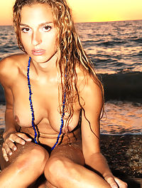La mousse : Fantastic young girl with nice body poses nude on the night beach.