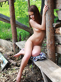 Stratis : Brunette Linda bares all outdoors