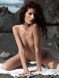 Leanna : Redhead with curly hair Leanna puts a white cloth on her naked body and posing for you