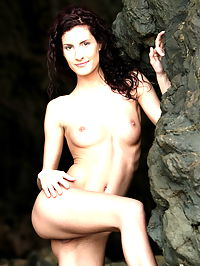 Leanna : Redhead skiny babe Leanna posing nude for us in the cave