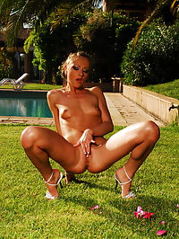 Gilda Roberts : Cute skinny brunette Gilda Roberts spreading her legs naked and show us her shaved pussy in the garden
