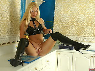 Kinky blonde in thighhigh latexboots