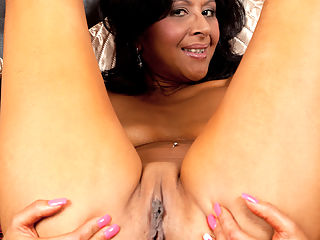 Anilos.com Sophiasmith - Amateur mom peels of her jeans and spreads her pussy : Amateur mom peels of her jeans and spreads her pussy