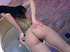 MargaritaA in pantyhose video : Clad in her sexy leopard tunic with cute patterned tights, this upskirt teaser is ready to use her trusty glass toy. You will see dark-haired Margarita A flashing her cute nyloned booty before stuffing her well licked toy into her rectum. She does it right on the floor by the staircase, first squatting and later assuming a kneeling position to properly fuck her itchy pantyhosed butt.