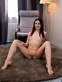 Nubiles.net Jessica Malone - First time babe fingers her shaved twat until she cums : First time babe fingers her shaved twat until she cums
