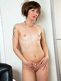 Anilos.com Lisaxxx - MILF hottie Lisa xxx rubs her pussy and spreads her ass : MILF hottie Lisa xxx rubs her pussy and spreads her ass
