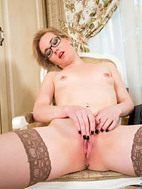 Anilos.com Lisayoung - Horny MILF fingers her shaved mature pussy until she cums : Horny MILF fingers her shaved mature pussy until she cums