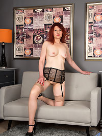 Anilos.com Ceecee - Horny cougar tickles her tiny clit until she cums : Horny cougar tickles her tiny clit until she cums