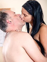 Dirty Senior : He is there to fix her computer. But soon he eats her pussy