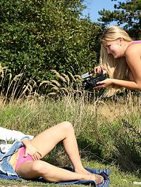 Amateur Cam : Doing an amateur photo shoot in the park can get really hot
