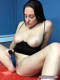 Curvy MILF Melanie Hicks is playing with her dildo : Curvy MILF Melanie Hicks is playing with her dildo